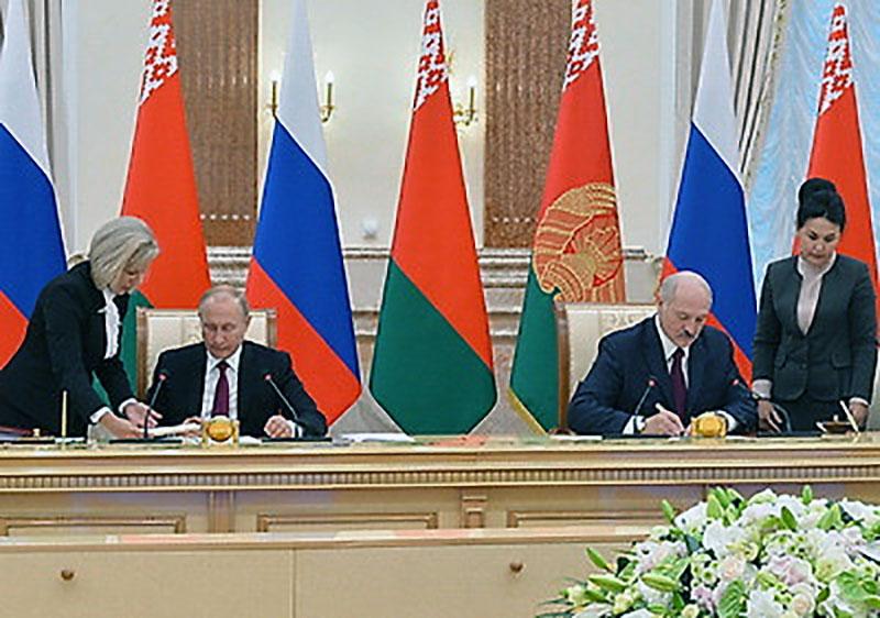 Александр Лукашенко и Владимир Путин подписывают документы по итогам встречи