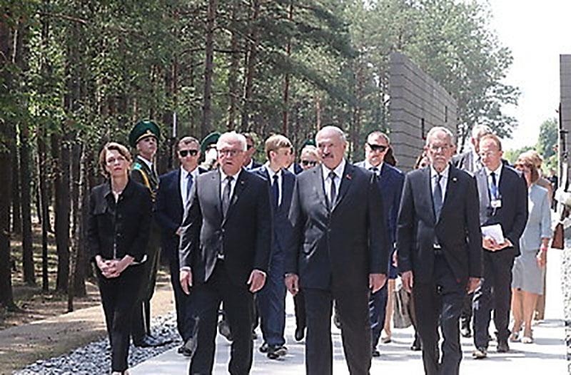 Александр Лукашенко, Франк-Вальтер Штайнмайер, Александр Ван дер Беллен во время посещения мемориального комплекса
