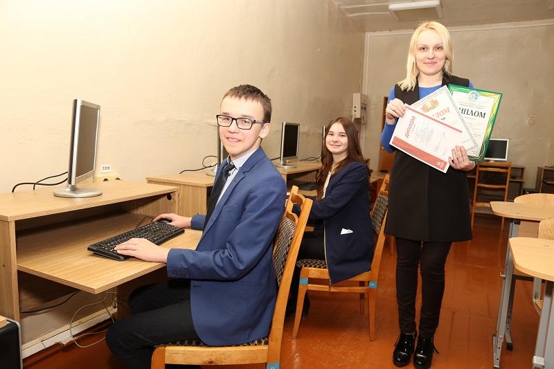 Егор Мещенко и Диана Дашкевич с учителем информатики Светланой Мещенко