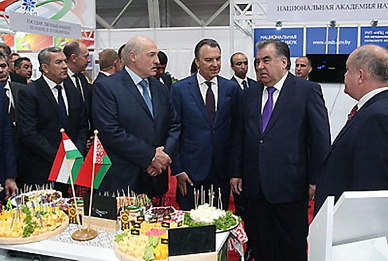 Александр Лукашенко и Эмомали Рахмон во время посещения выставки