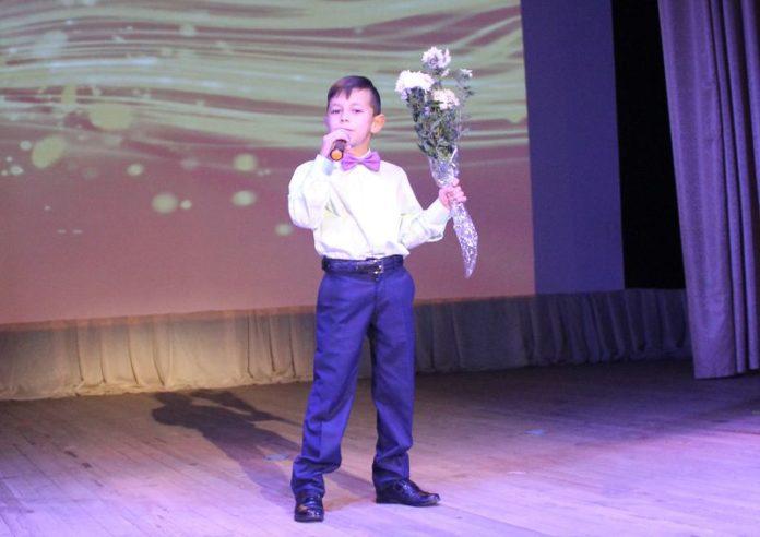 Мальчик, певец, поёт, концерт