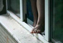 окно, выпала